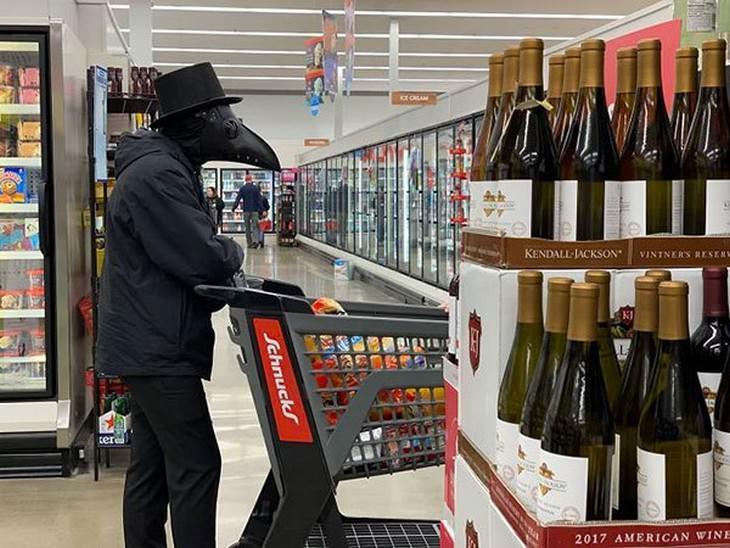 Divertidas Imágenes Supermercado En Tiempo COVID-19 hombre con máscara de la peste