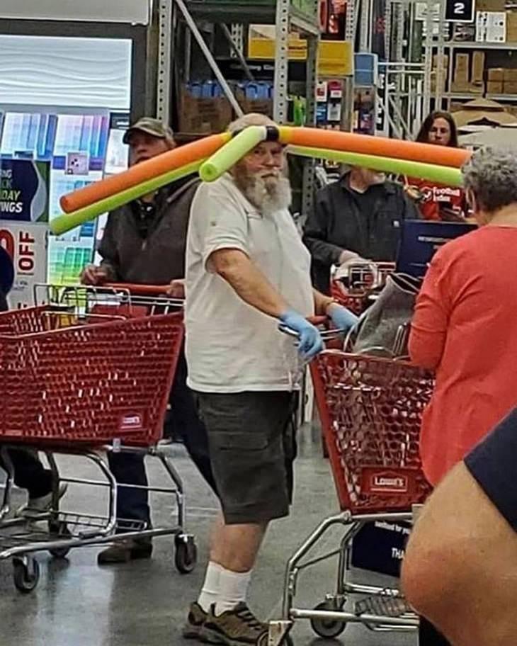 Divertidas Imágenes Supermercado En Tiempo COVID-19 Hombre con hules de colores