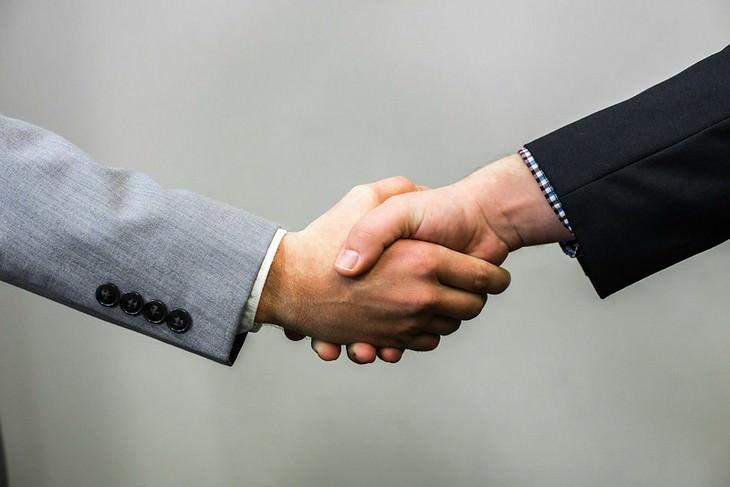 Necesitaremos reemplazar el saludo de manos después del coronavirus