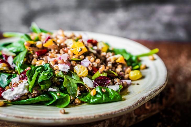 Cómo mantener una dieta saludable durante la cuarentena sé creativo con las ensaladas