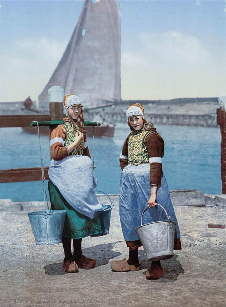 1. Chicas en la isla del mercado.