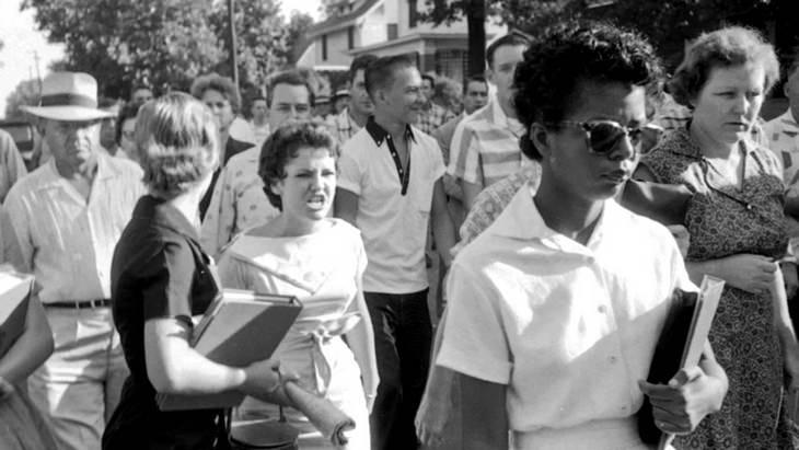 La historia detrás de 6 fotos históricas Elizabeth Eckford acosada por Hazel Bryan, 1957, Little Rock, Arkansas