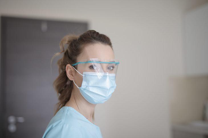 mujer con máscara y gafas coronavirus