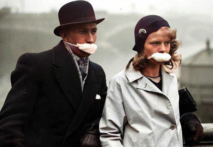 Imágenes De La Gripe Española Una joven pareja en las calles de Londres en 1919. Sus cubrebocasno cubren sus narices