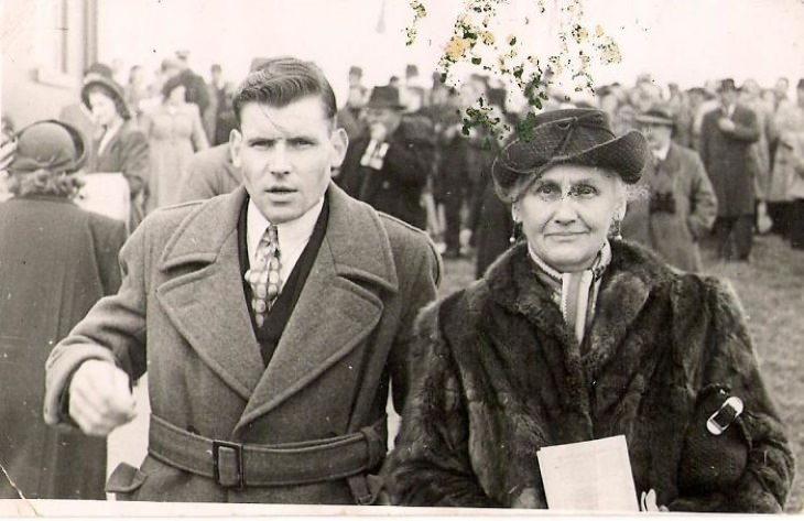 """2. """"1940 mi abuelo (17 años en la foto) en las carreras de Dublín con su madre, mi bisabuela"""""""