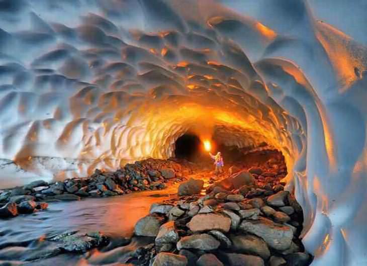 Un iluminado túnel de nieve en Rusia