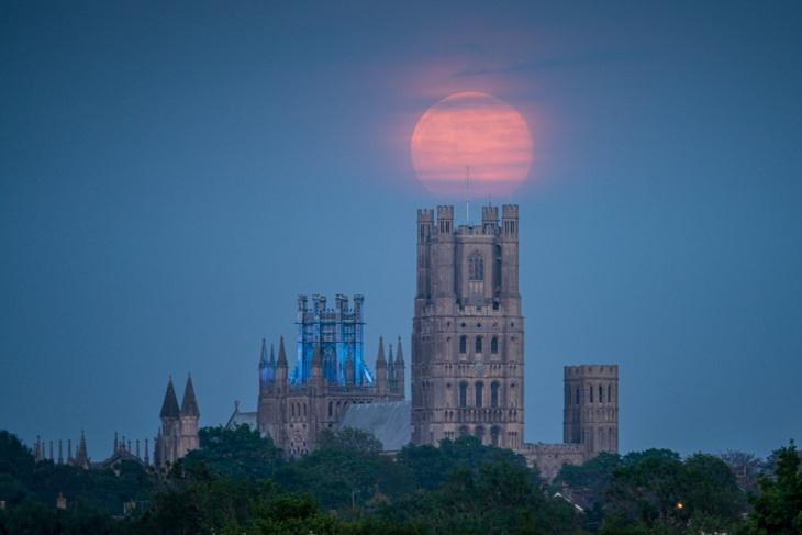 La superluna que se eleva sobre la Catedral de Ely, Inglaterra, Reino Unido