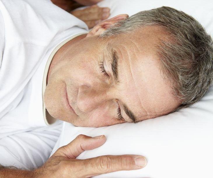 Remedios para destapar los oídos adopta una buena posición para dormir