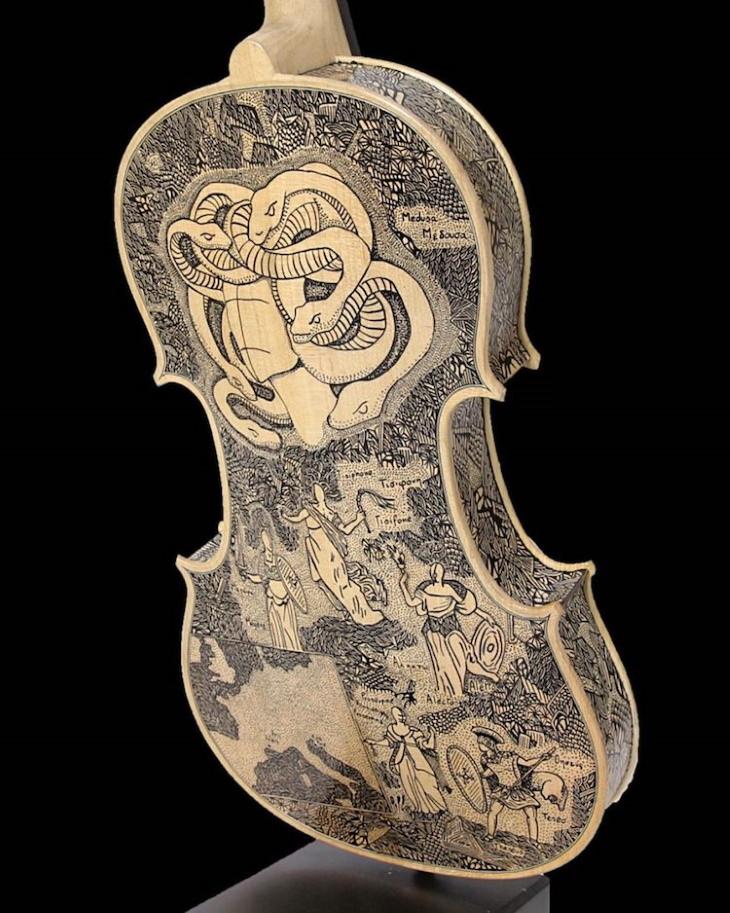 Violines decorados por Leonardo Frigo serpientes