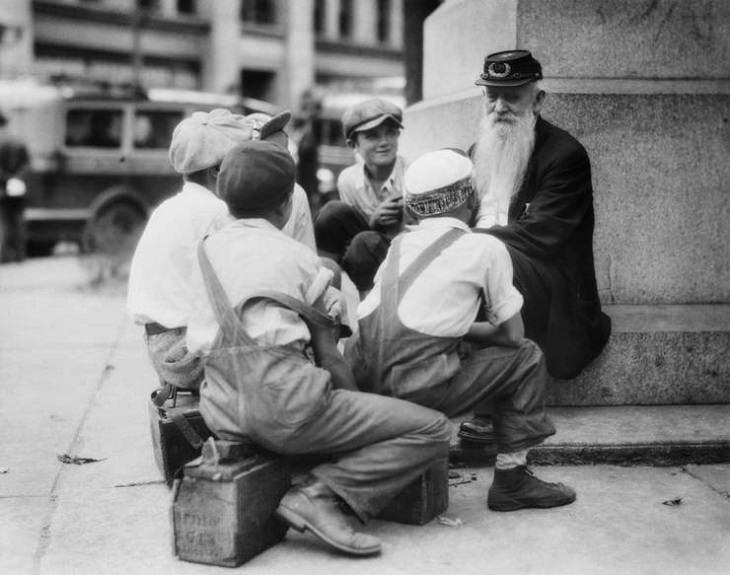 1. Veterano de la Guerra Civil relata sus historias de guerra a los limpiabotas o bolerosen 1920