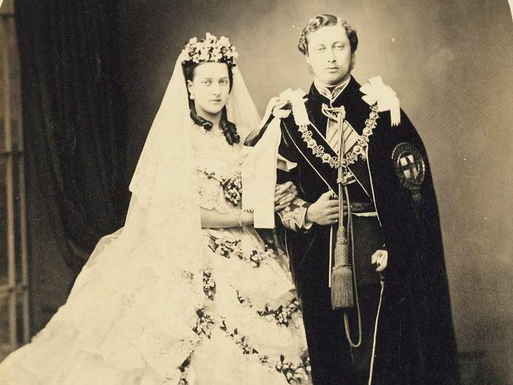 El Príncipe Eduardo (que será el Rey Eduardo VII) y la Princesa Alexandra de Dinamarca en la Capilla de San Jorge, Castillo de Windsor, 10 de marzo de 1863.