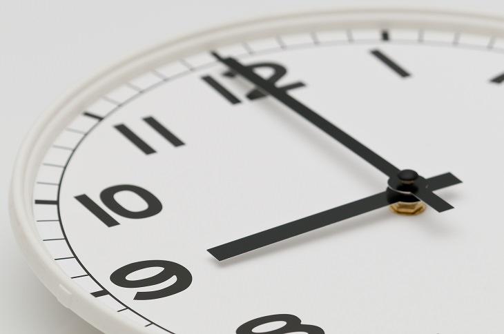 Razones por las que te despiertas temprano Acostarte demasiado temprano o pasar demasiado tiempo en la cama