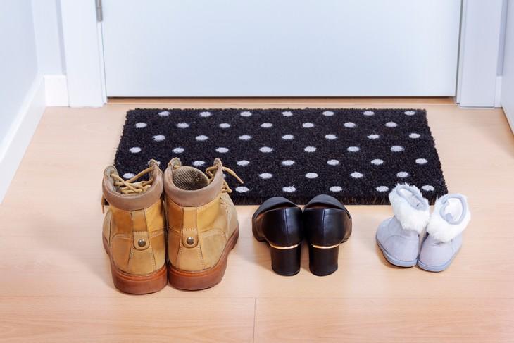 Cómo Reducir El Riesgo De Contagio Del Covid-19 Quítate los zapatos en la puerta