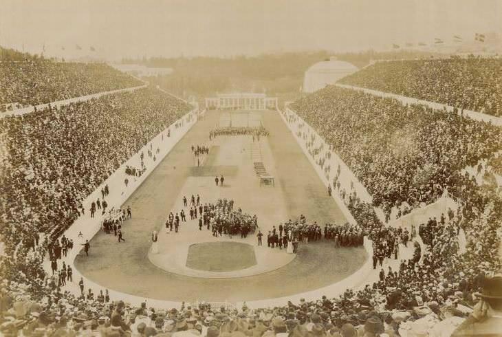 La ceremonia de inauguración de los Juegos Olímpicos de 1896 en el Estadio Panatenaico de Atenas