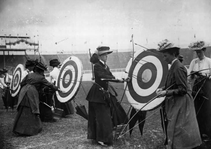 Las mujeres compiten en el evento de tiro con arco de los Juegos Olímpicos de verano de 1908 en Londres