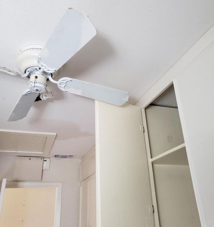 Renovaciones desastrosas ventilador en el techo