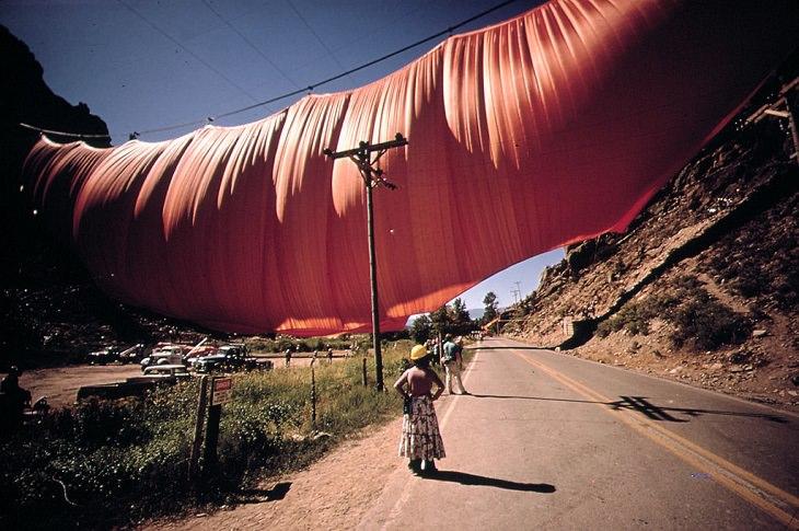 Arte de Christo Javacheff  Cortina del valle, envuelta a través de las montañas de Colorado, 1972