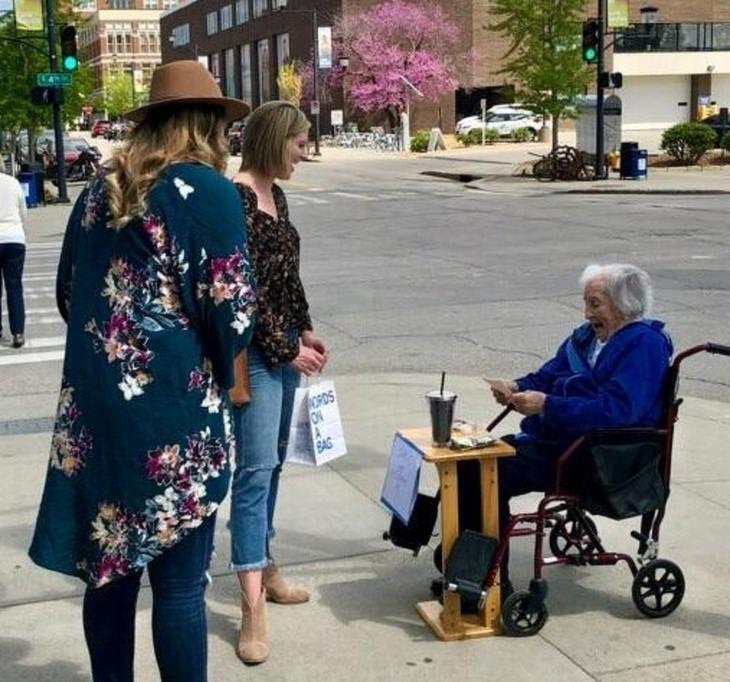 Esta mujer de 100 años te brinda sus sabiospor 1 dólar, solo porque le agradan las personas
