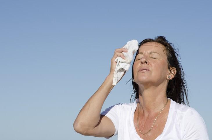Sudar constantemente o tener la piel muy seca