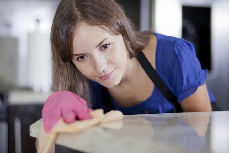 Siempre usa guantes cuando haga las tareas del hogar
