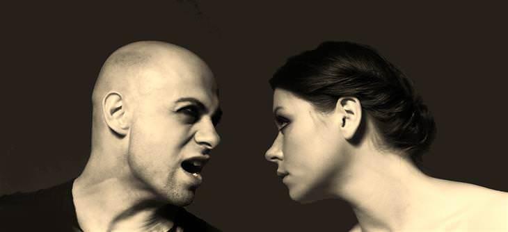 Señales de que tu familia está estresada se gritan uno al otro