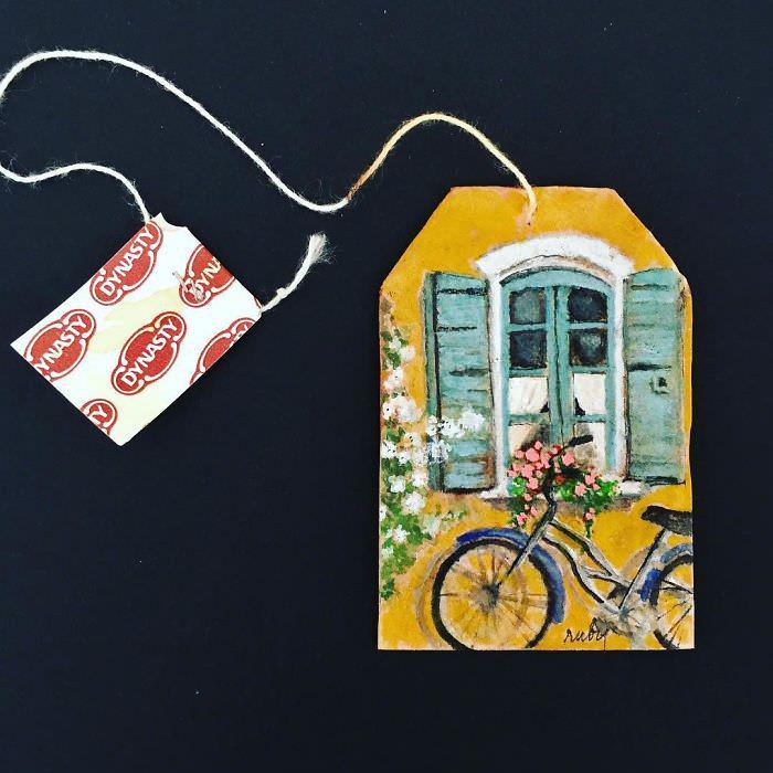 El Impresionante Arte En Té De Ruby Silvious ventana con bicicleta afuera