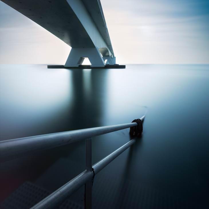 2. El puente más largo de los Países Bajos, Zelanda, fotografiado desde abajo.