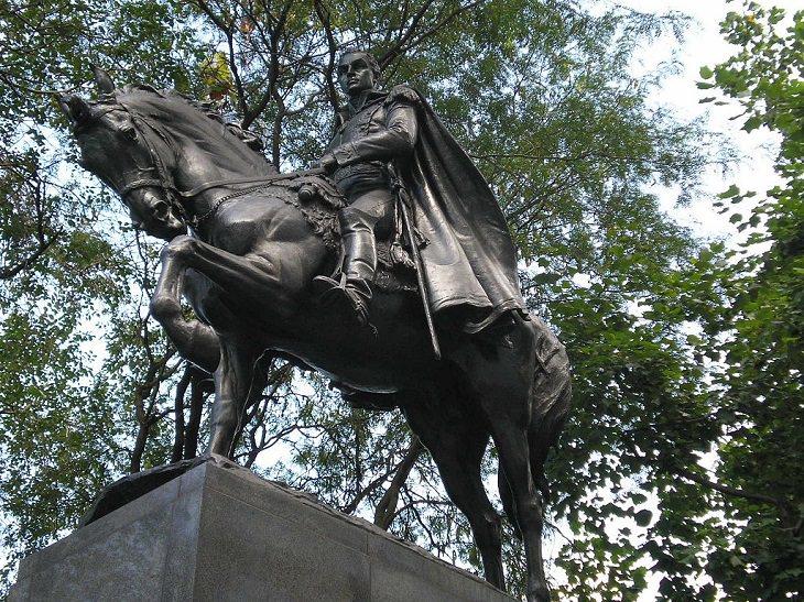 Interior del Central Park en Nueva York  Monumento Simón Bolívar (la estatua ecuestre de Simón Bolívar), ubicada en la Plaza Bolívar, Central Park South, en la intersección de la calle 59 y la 6ta avenida