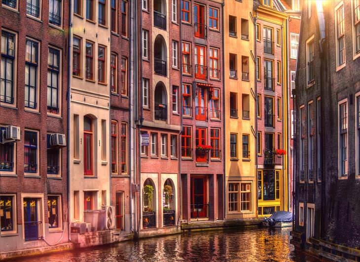 1. Casas en uno de los muchos frentes de canales de Amsterdam.
