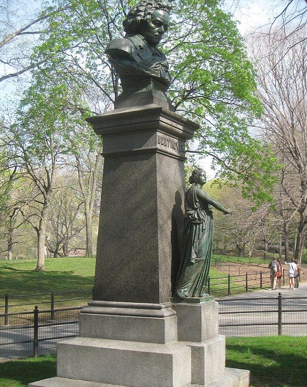 Interior del Central Park en Nueva York El Memorial de Beethoven (Busto de Ludwig van Beethoven), ubicado en el centro comercial Central Park