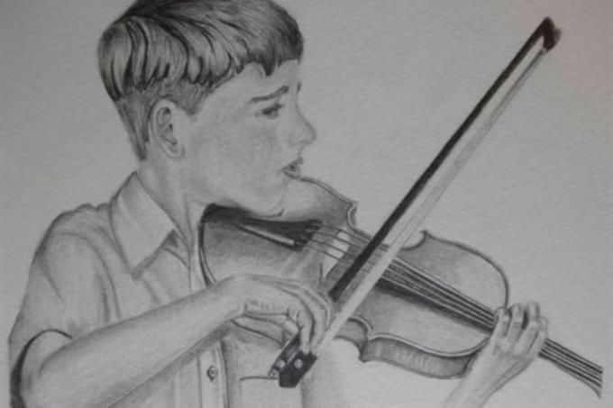 chico tocando violín