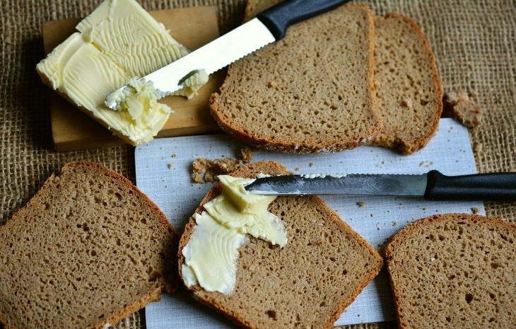 Mantequilla contra margarina para untar mantequilla y margarina sobre pan