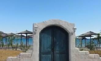 Puerta en la playa