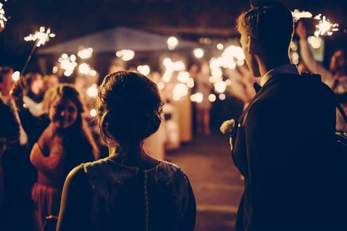 Una pareja entrando a un salón de bodas.