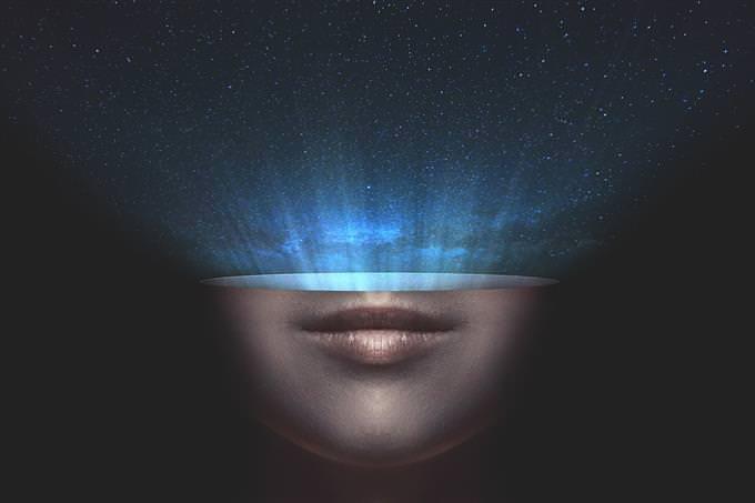 Ilustración de la mitad inferior de una cara con un cielo estrellado que sale de ella
