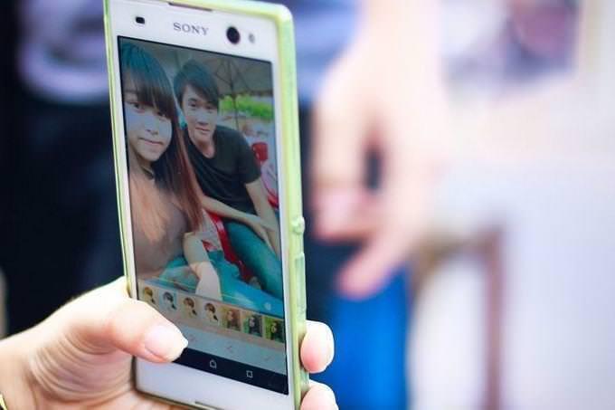 la foto de dos niños en un teléfono celular