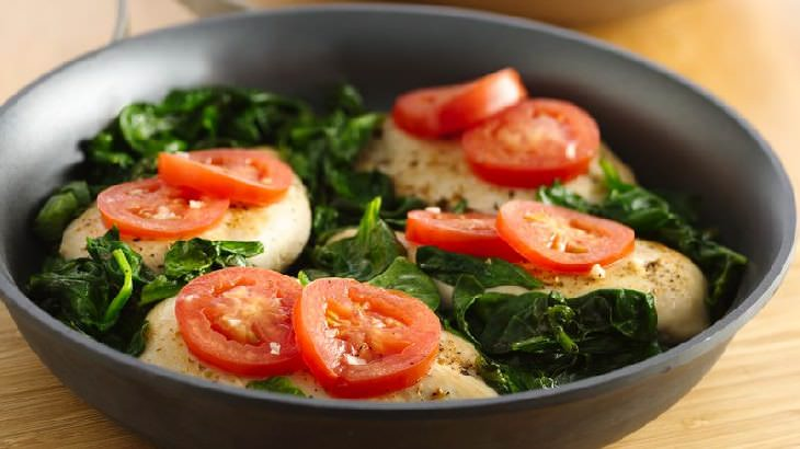 Una deliciosa receta de pollo con tomates y malva