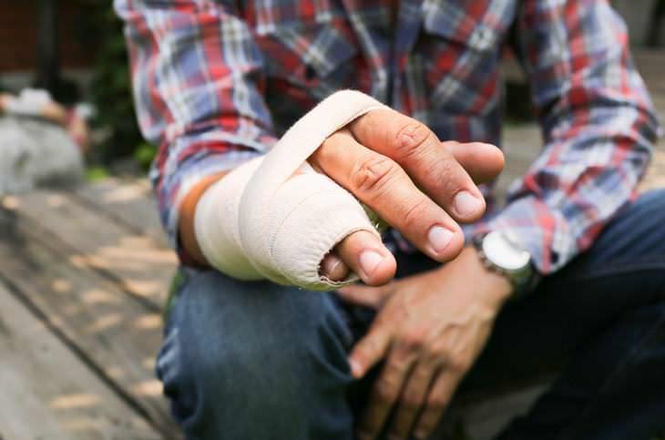 Chiste: Un Hombre Herido Va Al Médico