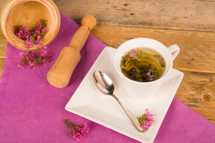 Bebidas que te ayudarán a conciliar el sueño té de valeriana