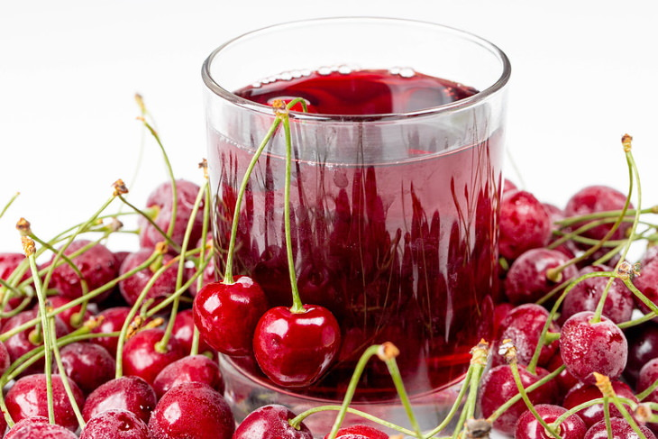 Bebidas que te ayudarán a conciliar el sueño Jugo de cereza