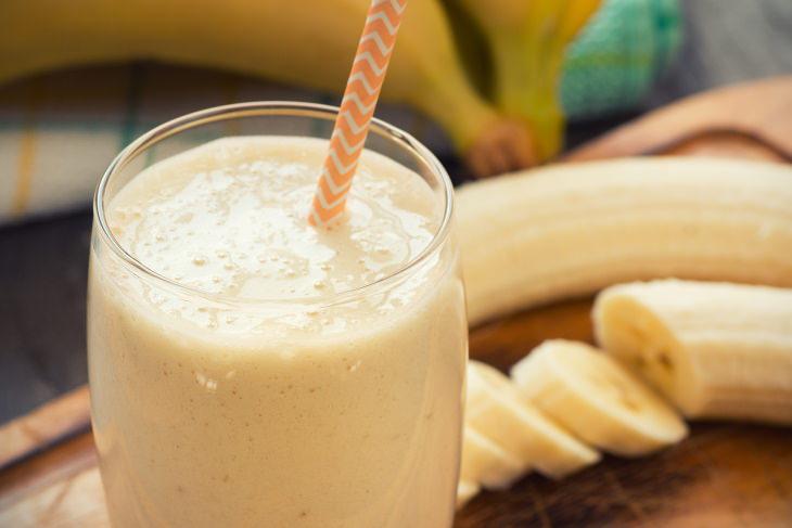 Bebidas que te ayudarán a conciliar el sueño  Batido de plátano y almendras