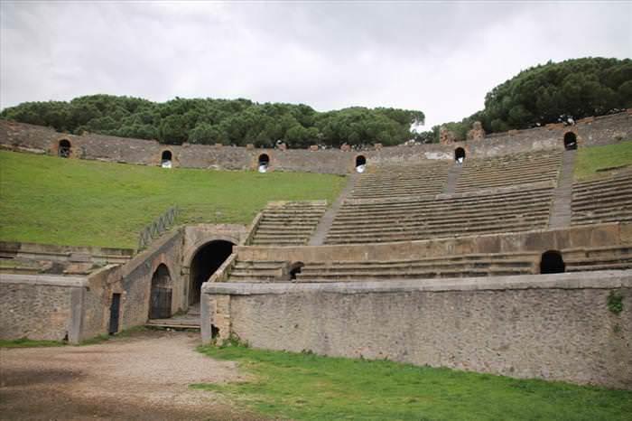 Lo Que Debes Ver En Las Ruinas De Pompeya El Anfiteatro gradas para el público