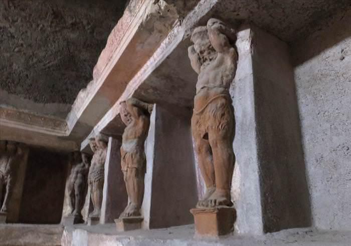 Lo Que Debes Ver En Las Ruinas De Pompeya La casas de baños estatuas