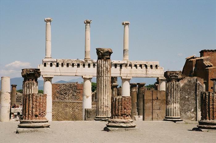 Lo Que Debes Ver En Las Ruinas De Pompeya El foro columnas