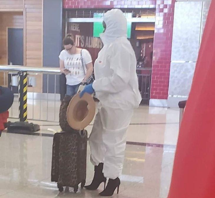 20 Creativas Formas De Protegerse Contra El Coronavirus mujer con traje de protección en el aeropuerto