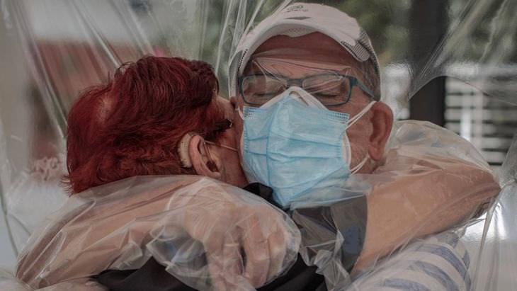 22 fotos de Covid Art Museum, amor en tiempos de coronavirus
