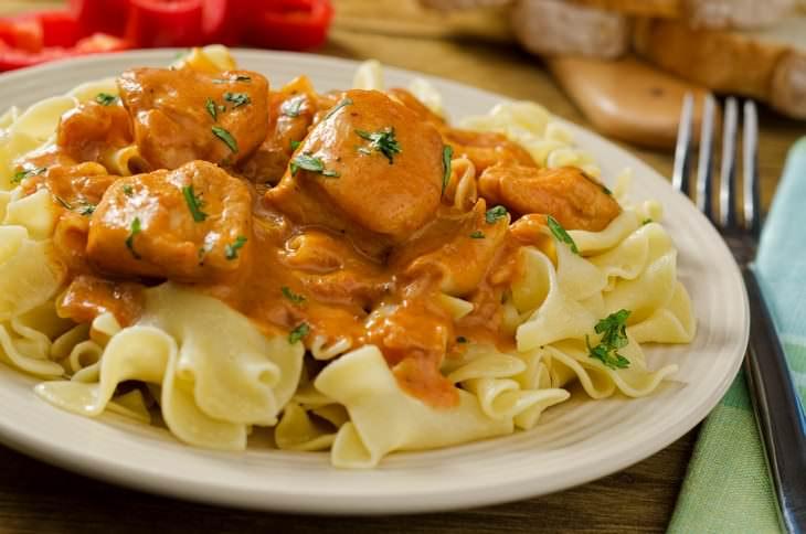 3 Recetas Que Prueban Por Qué El Pollo Es El Más Delicioso Pollo a la paprika (Paprikash)