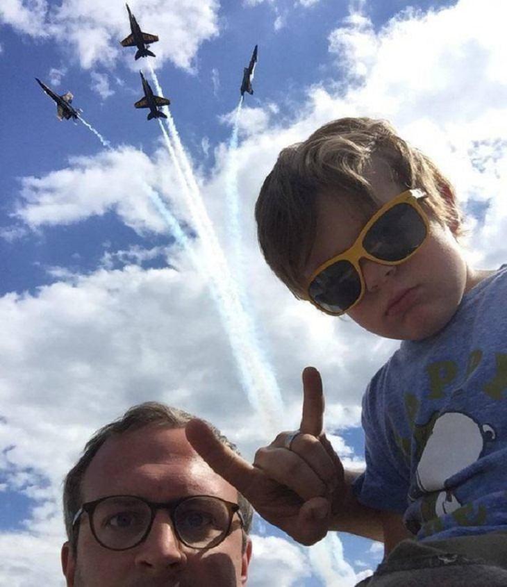 2. ¡Este niño dispara aviones a reacción con sus muñecas!