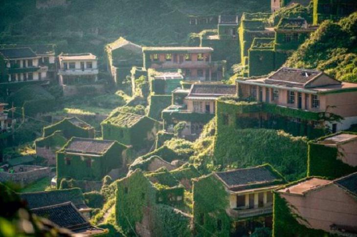 La aldea china de Houtouwan ha estado deshabitada por más de 30 años y ahora está siendo reclamada por la naturaleza.