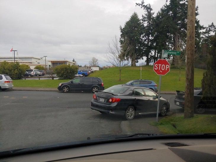 1. ¿Esta persona confundió una señal de alto con una señal de estacionamiento?